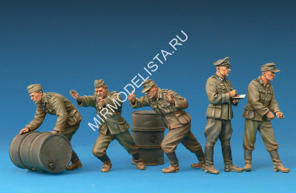 35256 MiniArt фигуры  German Soldiers with Fuel Drums (Special Edition)  (1:35)